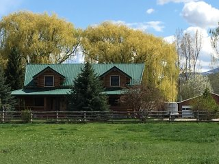 BEAUTIFUL HANDCRAFTED, FAMILY FRIENDLY, LOG CABIN, WRAP-AROUND PORCH, WIFI,