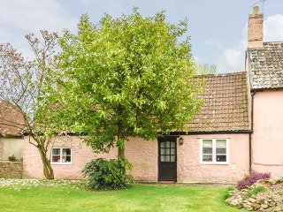 THE STABLES, annexe, ideal for couples, private garden, in Blagdon Hill, near, Taunton