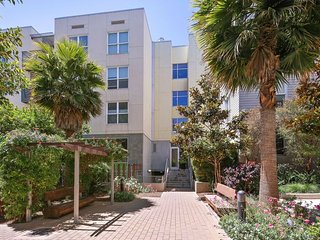 Condominium 2 chambres, 2 SDB spacieux bien situe pres des transports en commun