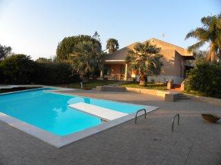 Villa con piscina a 2 km dal Mare fino a 10 pax