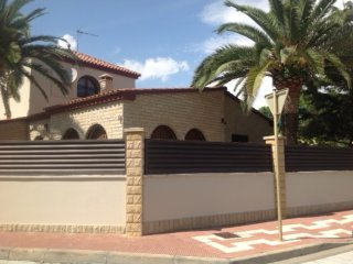 167-BONAVENTURA 3. Individual house 50m from the beach.