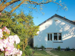 Cosy At Cornerways: Quiet Home On The Leafy Lankelly Lane with Garden & Parking