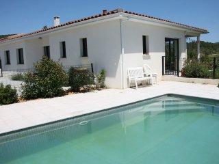 Belle maison moderne de plein pied, piscine sécurisée