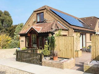 CHARNWOOD, all ground floor, romantic retreat, private patio and shared gardens,