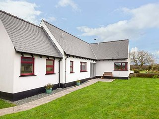 FIR TREE COTTAGE, bungalow, two bedrooms, lawned garden, in Roch, Ref 955666, Keeston