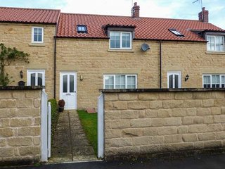 8 POTTERGATE MEWS, terraced, enclosed garden, in Helmsley, Ref 956799