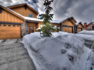 Sunset Mountain Views - High End NEW Home - Great Location & Amenities