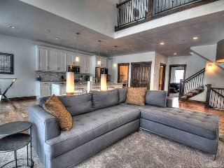 BRAND-NEW, Modern Home; 3 Smart TV's and Pvt Hot Tub! Mountain View; Minutes