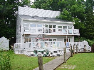 Riverview Retreat - Waterfront home, sleeps 12, downtown Douglas just steps away