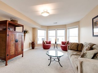 Phoenix Court Lucky #7 Beautiful Downtown Condo, South Haven