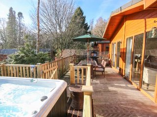 CLAIFE VIEW LODGE, open plan, enclosed decking, in Windermere