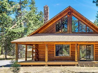 'Scent of Pine, Sound of the Wind' Forested Remodeled Log Cabin Near Sunriver