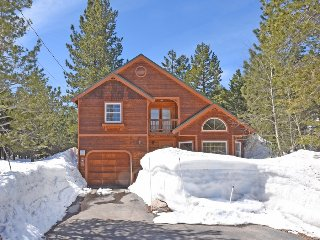 Tahoe Donner Delight with Hot Tub & Fire-pit, Truckee