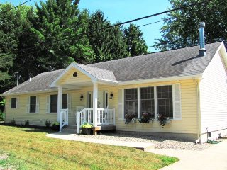 Dale Cottage - Adorable and only 2 blocks to beach access!