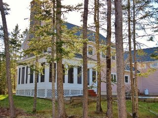 Outstanding waterfront house- screen porch, granite fireplace, gourmet kitchen., Rockland