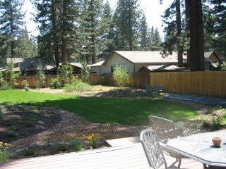 V23-Fantastic Tahoe cabin near the Lake with fenced backyard, hot tub, pets