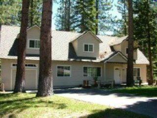 V9-Tahoe Retreat - large lot, spacious living area, back deck with hot tub, South Lake Tahoe