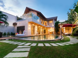 ★ NEW ★ TROPICAL VILLA CENTRAL SEMINYAK ★ NEAR BEACH w/STAFF ★ Sleeps 11 ★, Seminyak