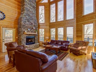 Ideal family getaway w/ private hot tub and game room - close to Dollywood, Sevierville