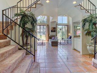 Two-story mountainview condo w/ patio, shared pool, hot tub - golf courses