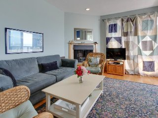 Ocean view condo w/ deck, balcony & shared pool - walk one block to the beach!, Aptos