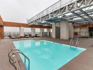 Urban apartment w/ a shared pool, BBQ area, fitness gym & more. Walk everywhere!