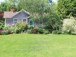 Cozy as a Cottage, Roomy as House. Short Walk to Town. Beautiful Gardens, Quiet!
