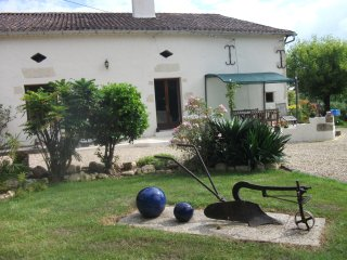 Le Hilleton is a one bedroom gite. On the edge of a well equipped village., Grignols
