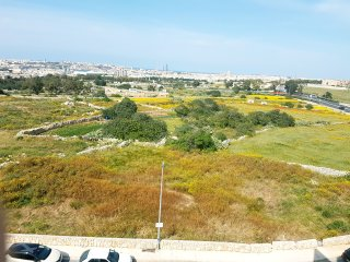 4 Min drive from Airport - double bed with en-suite, Luqa