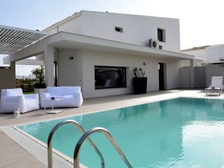 Luxurious Villa with Pool and all comfort at a great Value, Marina di Ragusa