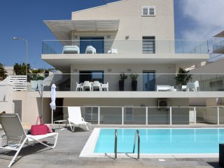 Spacious and modern - 2 storeys, 3 bedrooms, private pool and garden, Marina di Ragusa