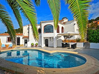 3 bedroom Villa with Pool, Air Con, WiFi and Walk to Shops - 5699074