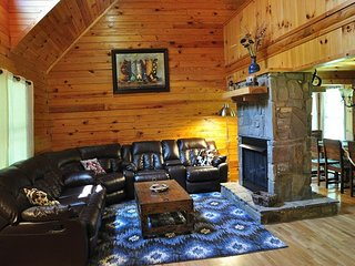 Twin Oaks Retreat - Gorgeous Log Cabin with Hot Tub, Fire Pit, and Pool Table