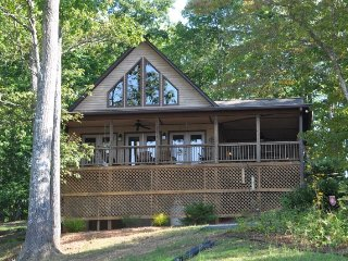Bruins Den - Spacious Well Appointed Vacation Cabin with Fire Pit, View, Hot, Bryson City