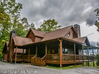 MISTY MORN- BEAUTIFUL 3 BEDROOM/ 3 BATH LUXURY CABIN WITH A BEAUTIFUL MOUNTAIN, Blue Ridge