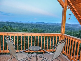 TREE TOPS- *MILLION DOLLAR VIEW*BEAUTIFUL 3 BEDROOM 3 BATH LUXURY CABIN WITH A