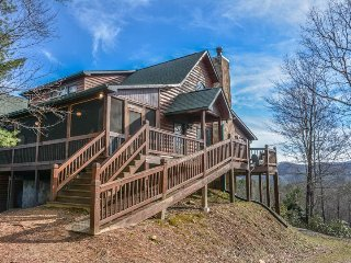 PARADISE LODGE- 5 BR/4BA LUXURY CABIN WITH A BEAUTIFUL MOUNTAIN VIEW, WIFI, PET