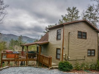 TRANQUILITY- 2 BEDROOM/ 2 BATH CABIN WITH A BEAUTIFUL MOUNTAIN VIEW! WIFI, HOT