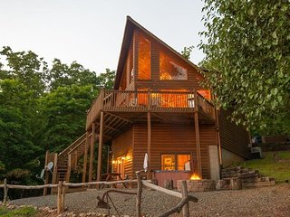 PANORAMIC PARADISE- 3 BEDROOM/ 3 BATH LUXURY CABIN WITH A BREATHTAKING MOUNTAIN