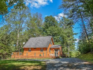 COZY BEAR CHALET- 2 BEDROOM (WITH A LOFT), 1 BATH COZY CABIN! SLEEPS 5, WIFI, Blue Ridge