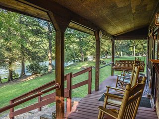 RIVERSIDE- ADORABLE CABIN SITTING RIGHT ON THE TOCCOA RIVER! 2 BEDROOM/1 BATH