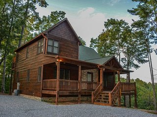 SERENITY RIDGE- 2 BEDROOM LUXURY CABIN WITH A MOUNTAIN VIEW, HOT TUB, WIFI, GAS
