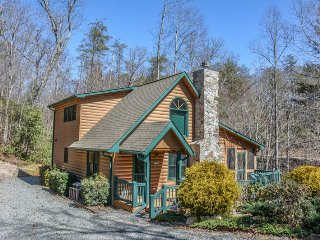 LUCILLE`S CREEKSIDE HIDEAWAY- 3 BEDROOM/ 3 BATH CREEK FRONT CABIN WITH POOL, Blue Ridge