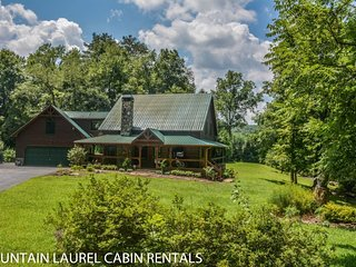 SUGAR CREEK--LUXURY 3 BEDROOM LOG CABIN WITH CREEK FRONTAGE, GAME ROOM, Wi-Fi