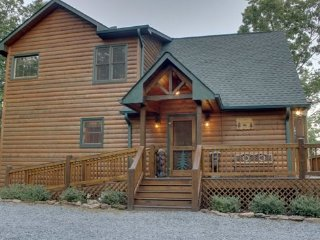 MOUNTAIN TOPS SERENITY--3 BR/3 BA, SPECTACULAR MTN VIEW, WI-FI, LARGE HOT TUB