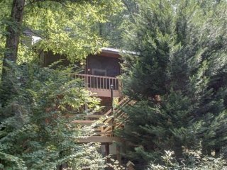 CREEKSIDE COVE- 2BR/2BA- AWESOME CABIN ON CREEK SLEEPS 8, HOT TUB, GAS GRILL