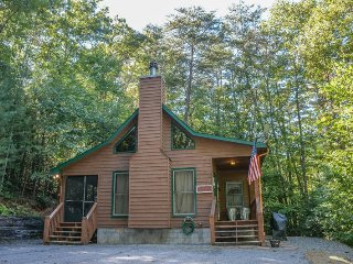 HACKERS HIDEAWAY- 2BR/1BA- PRIVATE WOODED CABIN SLEEPS 4, HOT TUB, SAT TV, GAS