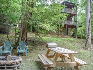 OUR FAVORITE PLACE- 2BR/2BA- CREEK FRONT CABIN SLEEPS 8, SAT TV, PRIVATE HOT