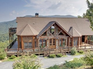 CAMELOT- 4BR/3.5BA- LUXURY CABIN SLEEPS 8, BREAKTAKING MOUNTAIN VIEW, HOT TUB