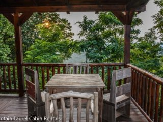THE CREEKHOUSE- 4BR/3.5BA, SLEEPS 8, CABIN WITH BREATHTAKING MOUNTAIN VIEWS